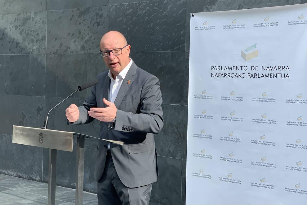 El consejero de Educación, Carlos Gimeno, en sus declaraciones a los periodistas en el Parlamento.