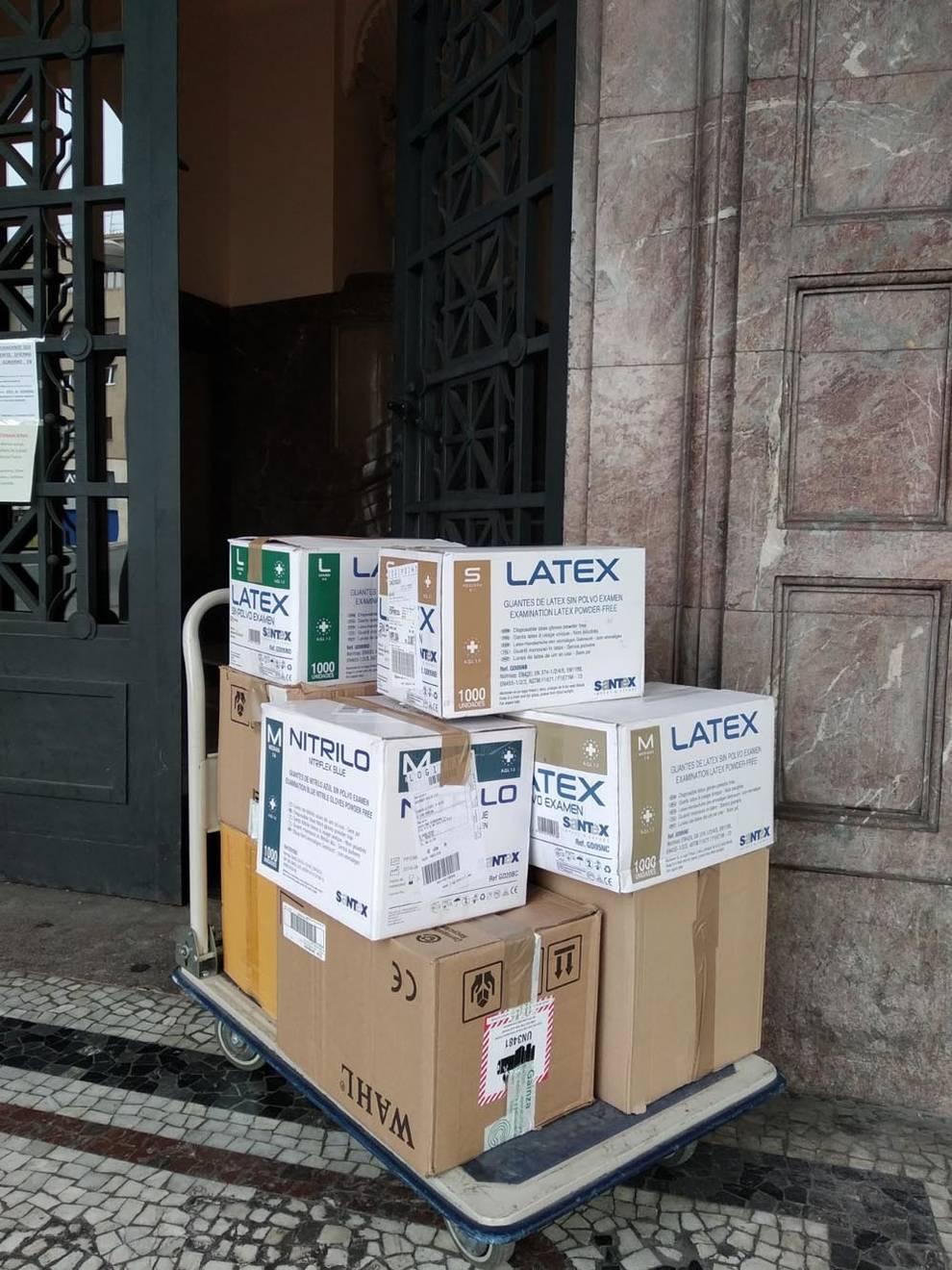 Un ciudadano entrega 10.400 guantes en la Delegación del Gobierno de Navarra