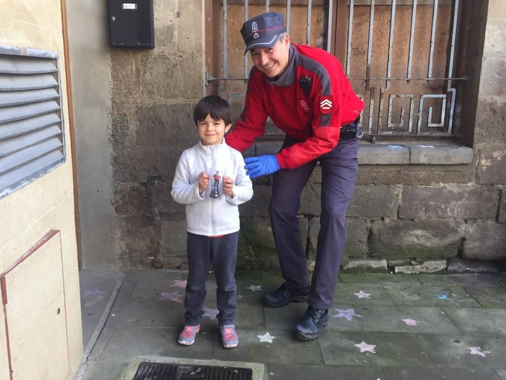 Policía Foral deja al Ratoncito Pérez ir a visitar a un niño al que se le ha caído un diente