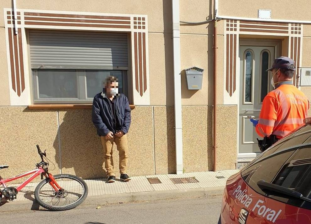 """Denunciado en Castejón cuando iba """"al supermercado"""" en bici, cerrado el domingo"""