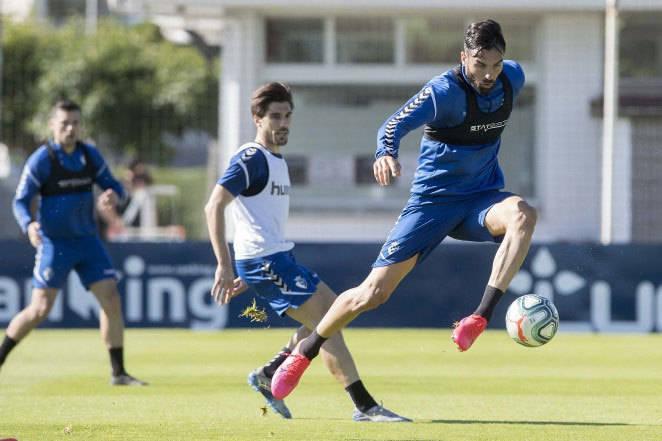 Enric Gallego controla en balón en presencia de Nacho Vidal.