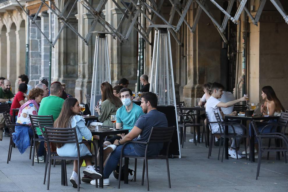 Varias personas en una terraza de la Plaza del Castillo de Pamplona.