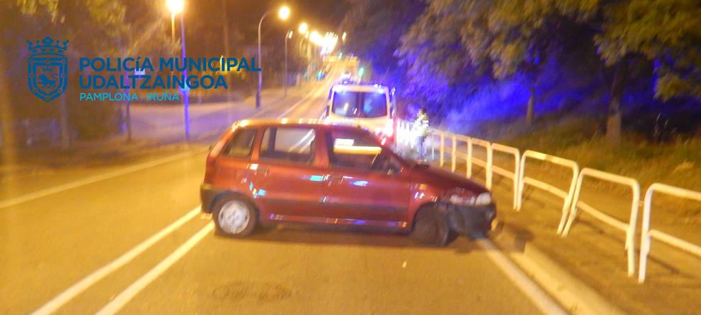 Choca contra unas vallas de la calle Biurdana al conducir bajo los efectos de alcohol