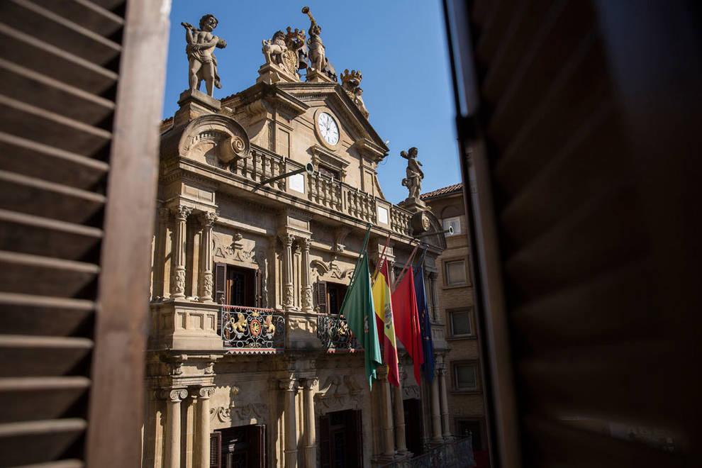 Las banderas de Pamplona, a media asta por las víctimas del coronavirus