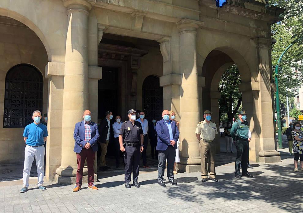 Minuto de silencio en las instituciones navarras por los fallecidos por el COVID-19