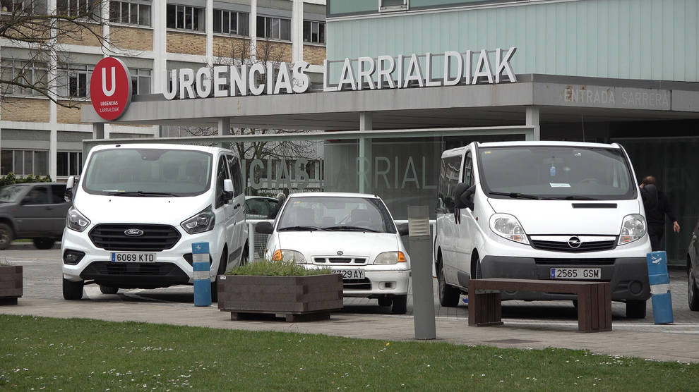 Vehículos de emergencias en el exterior del CHN.