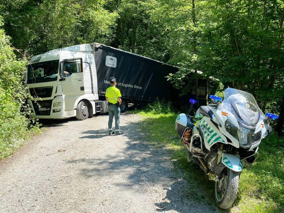 Un camión se sale de la vía tras entrar por confusión en un camino forestal cerca de la N-121-A