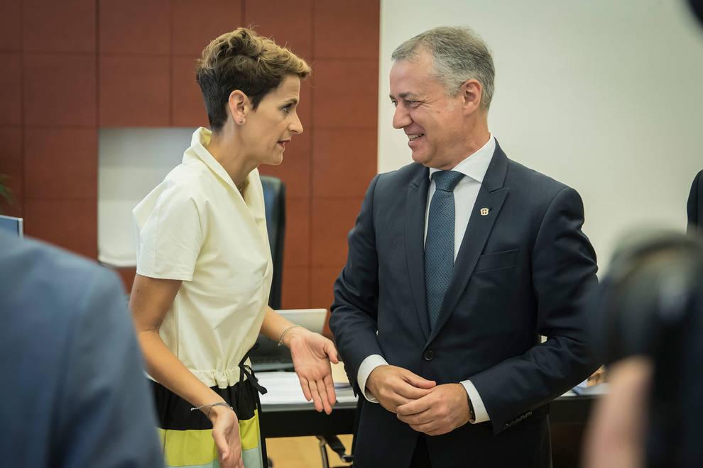 Chivite conversa con su homólogo en País Vasco, Iñigo Urkullu durante su toma de posesión, el pasado agosto.