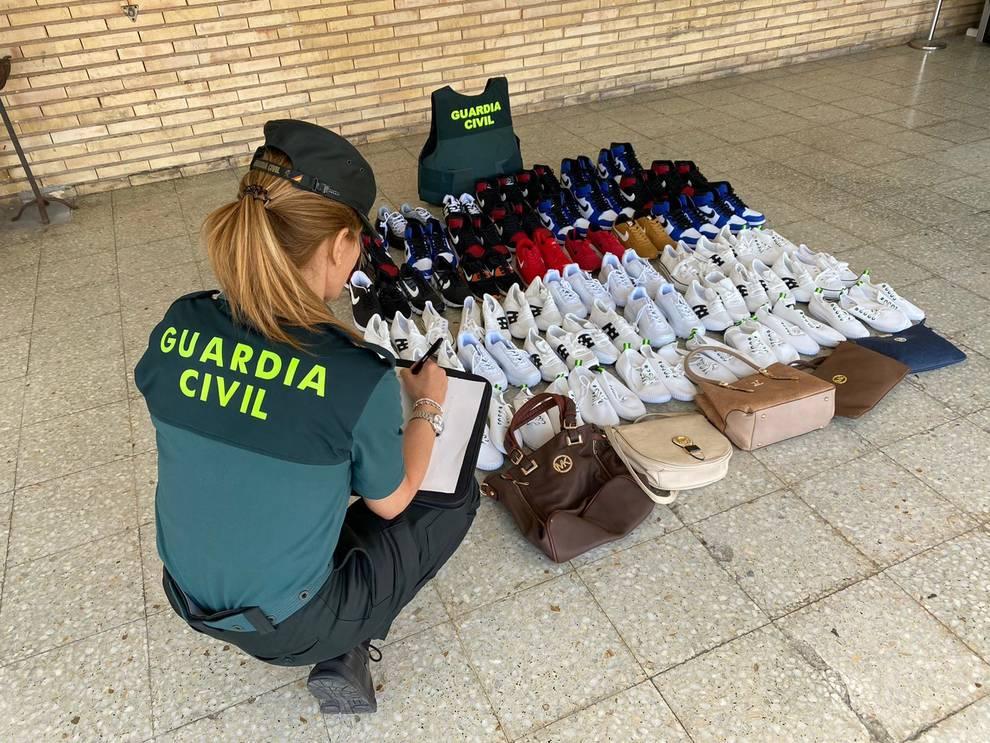 La Guardia Civil se incauta de calzado deportivo valorado en 3.700€ en un mercadillo