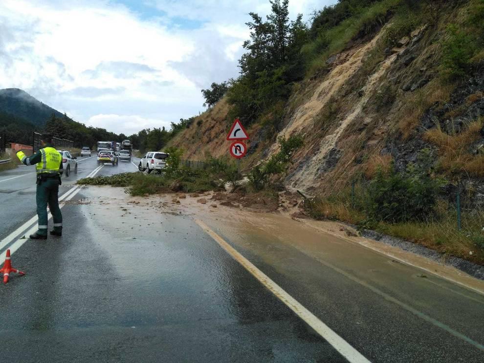 Un desprendimiento de tierra afecta a la carretera N-121A