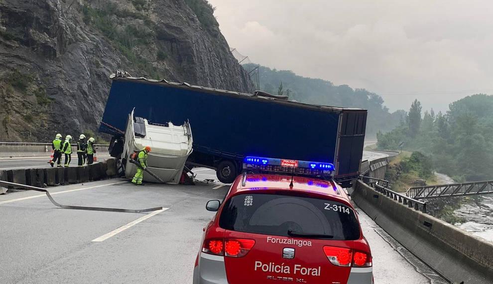 Herido leve el conductor de un camión tras salirse de la vía y volcar en Irurtzun