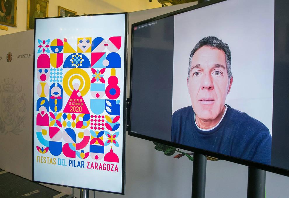 El diseñador navarro Alfredo León Mañú asiste por videollamada a la presentación de su obra Pilares geométricos.