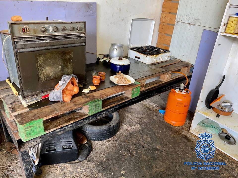 Condiciones de la cocina que estaba habilitada en la nave.