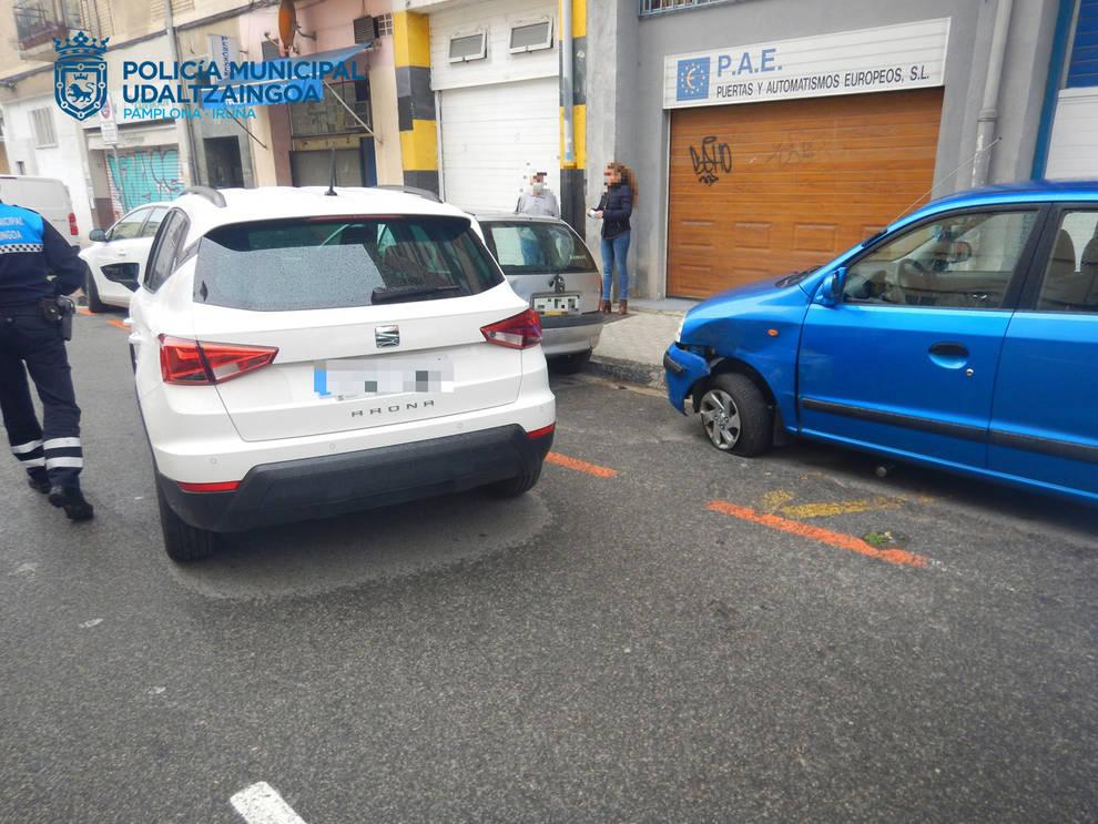 Denunciado por dar una tasa de 1,20 mg/l tras chocar contra tres coches estacionados en Pamplona