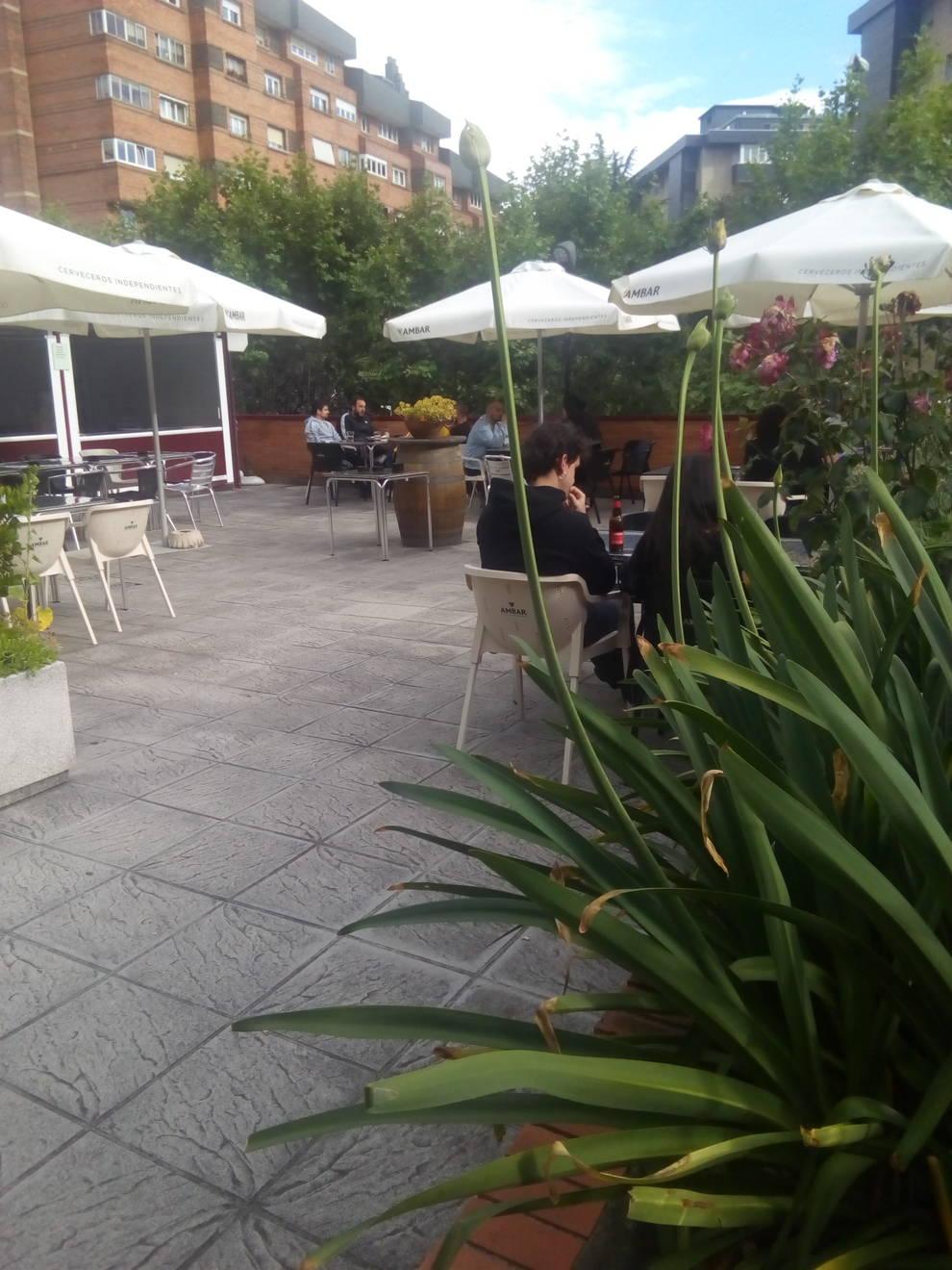 La terraza del bar Ciaboga en el Mercado de Ermitagaña