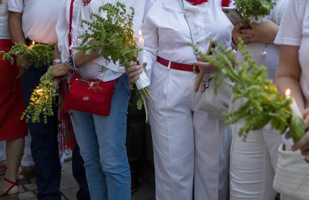 En Tudela es tradición acudir a la procesión de Santa Ana con un ramito de albahaca.