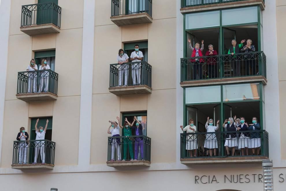 Residentes, trabajadores y religiosas de la residencia de ancianos Nuestra Señora de Gracia, en los balcones durante los aplausos del pasado confinamiento