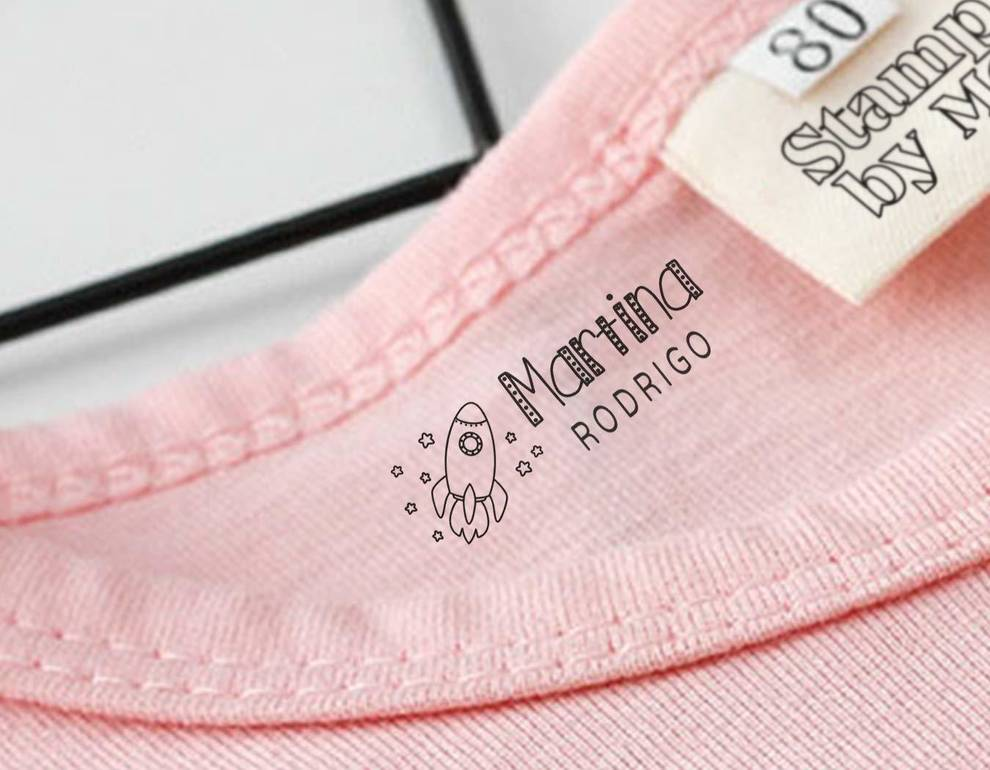 Imagen de un sello marcador de ropa escolar