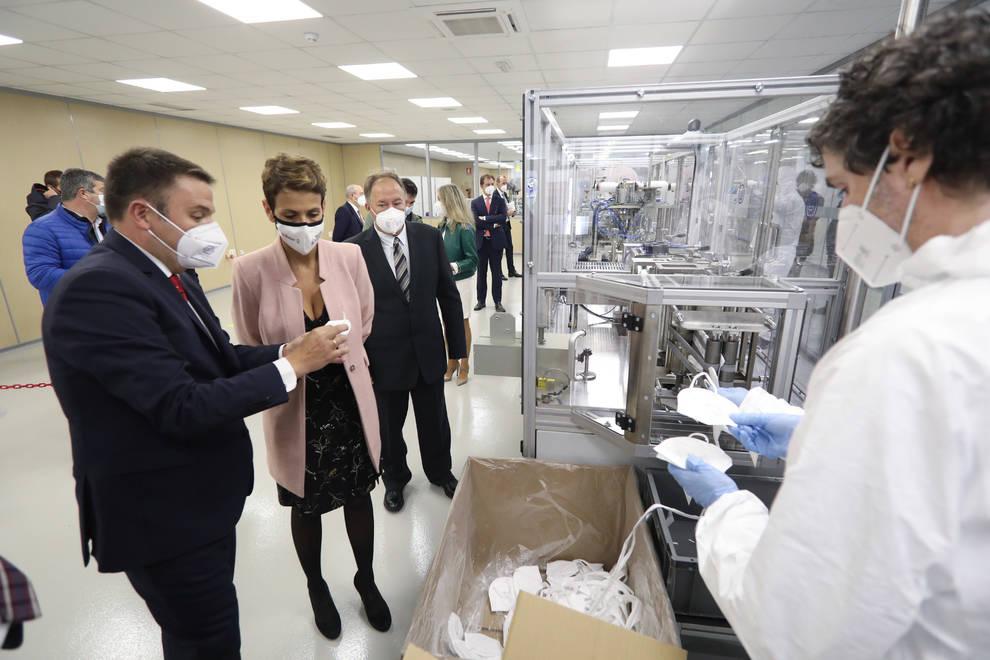 Chivite visita a la línea de producción de mascarillas de Mecacontrol