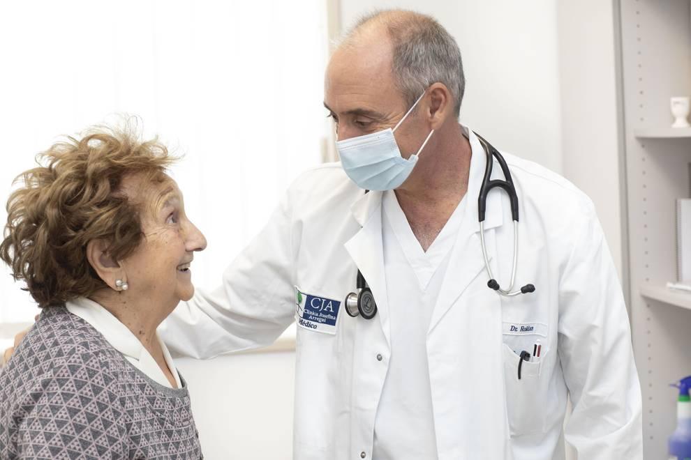 Foto del Dr. Roldán en consulta de psicogeriatría en Clínica Josefina Arregui.