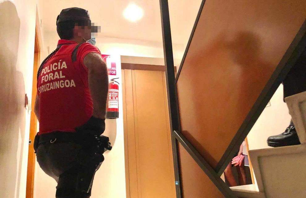 La Policía Foral, al acudir a un domicilio tras un requerimiento vecinal.