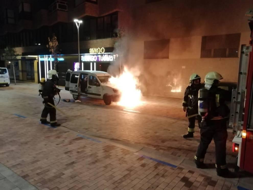 Arde un vehículo en la calle Pablo Sarasate de Tudela