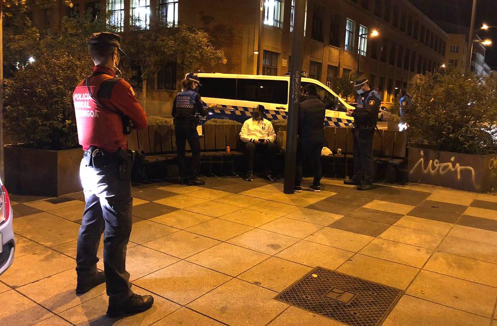 Operativo conjunto de Policía Municipal y Policía Foral en la noche de Pamplona.
