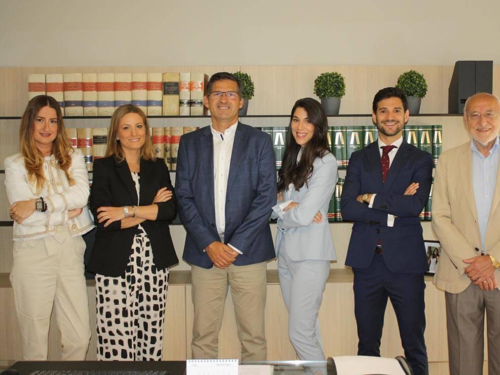 De izquierda a derecha: Mercedes Mitjavila, Beatriz Marín, Matías Forniés , Alba Horcajada, Javier Borque y Javier Forcén, en el despacho que los abogados Forniés & Guelbenzu tienen en Zaragoza.