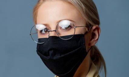 Imagen de una joven con gafas y mascarilla