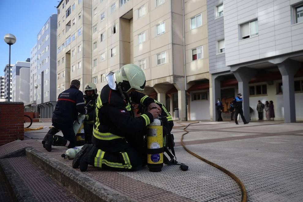 Desalojado un edificio en la avenida Comercial tras un incendio sin heridos