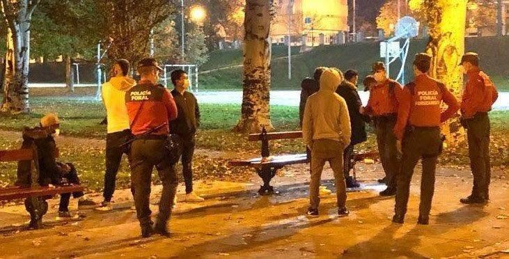 Un grupo de jóvenes, en un parque de Pamplona a las 23.30 horas, sin justificación legal.