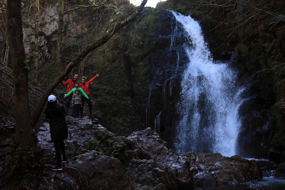 Fotos de visitantes en la cascada de Xorroxin, en el mirador de Zamariain y en el Cañón del río Ubagua. JOSÉ CARLOS CORDOVILLA
