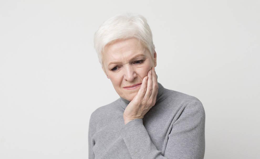 Imagen de una persona con molestias dentales
