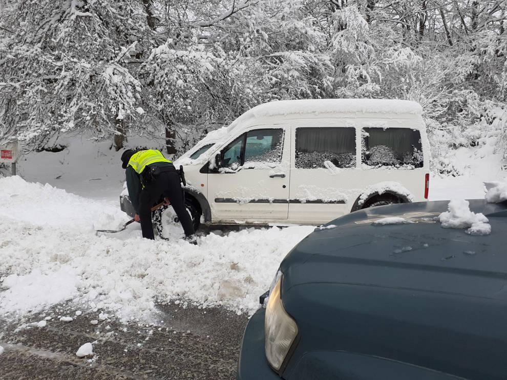 La Guardia Civil auxilia a varios vehículos en Olazagutía y Urbasa por la nieve
