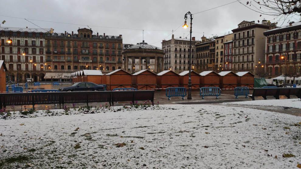 Pamplona despierta con un manto blanco en una jornada con alerta amarilla por nieve