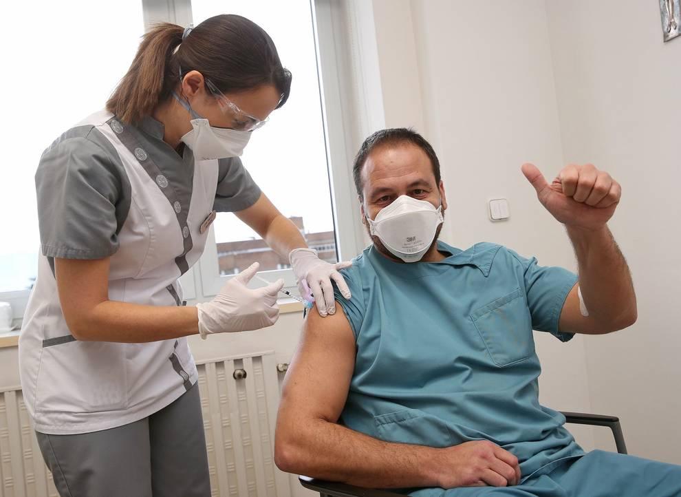 Los profesionales de la CUN comienzan a recibir la vacuna contra el Covid-19