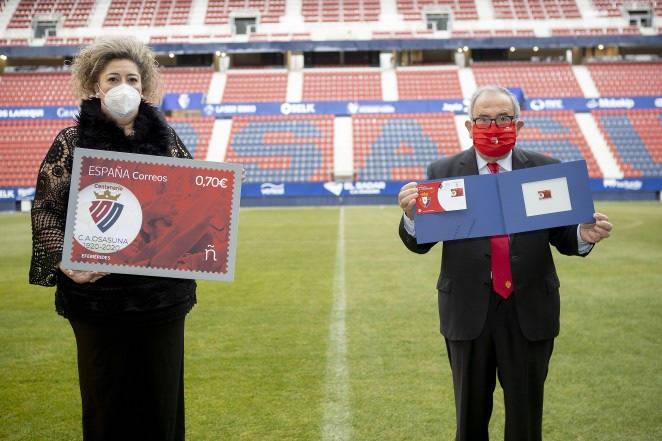 Osasuna lanza junto a Correos un sello conmemorativo del Centenario