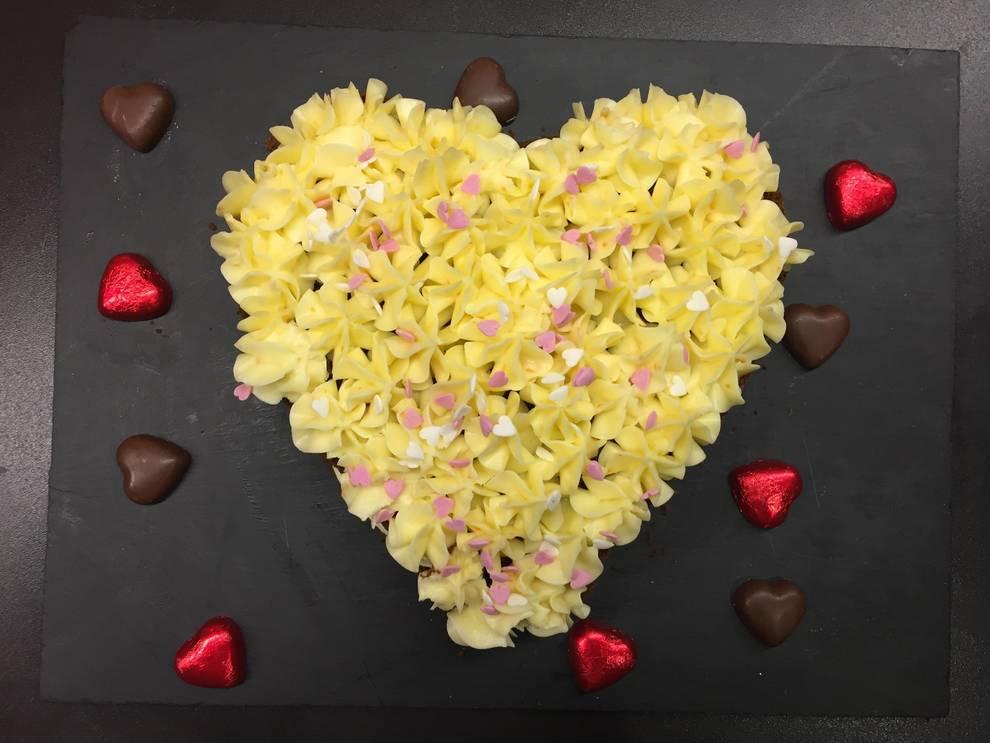 Podemos darle la forma que queramos a la tarta, esa de corazón es perfectamente amoroso.