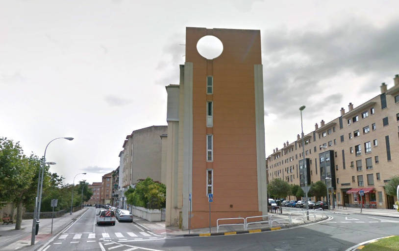 El elevador se colocará en el espacio público que existe entre el actual edificio y la acera de la calle Errotazar.