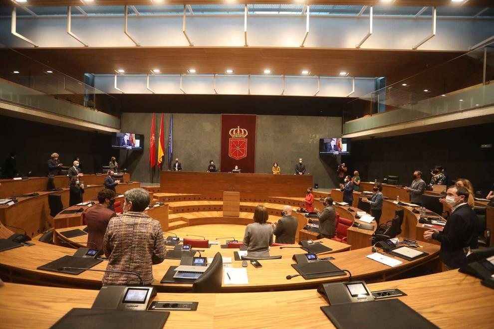 El Parlamento foral guarda un minuto de silencio por Rafael Gurrea