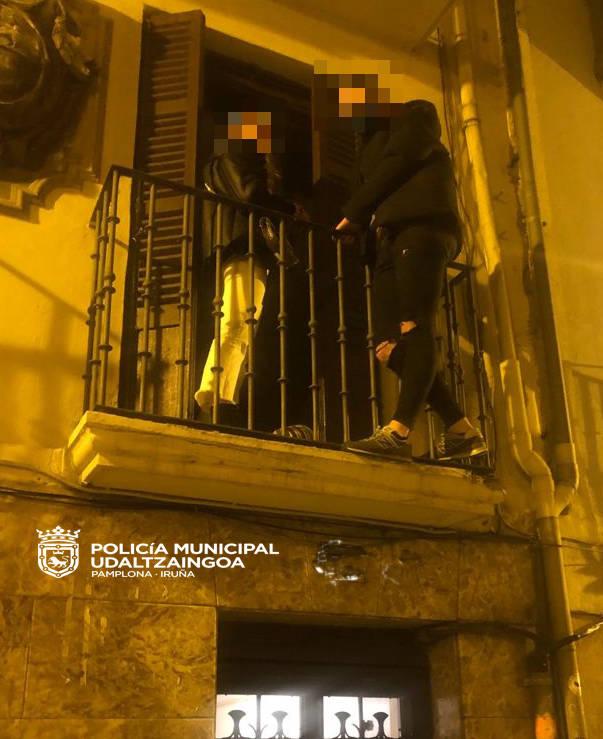 Denunciados los asistentes de una fiesta en un piso que intentaron escapar por el balcón