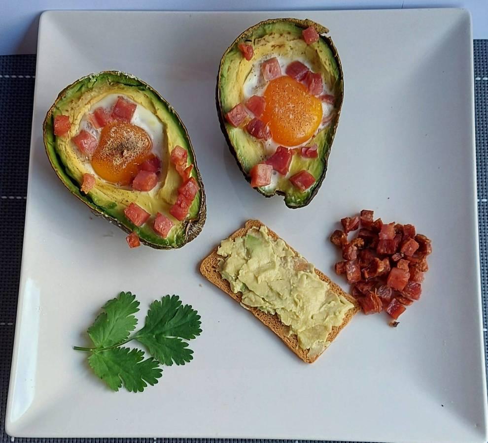 Aguacate con huevo y jamón al horno