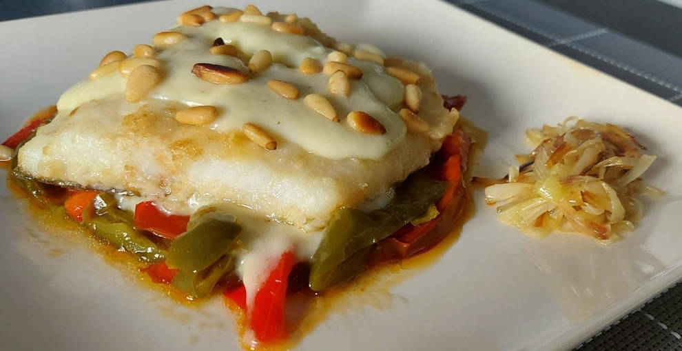Foto del bacalao con salsa de puerros y piñones