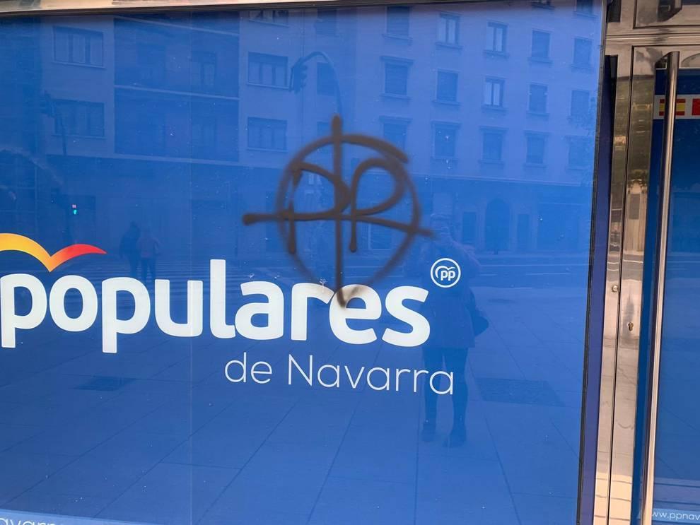 Realizan una pintada en la sede del PPN en Pamplona