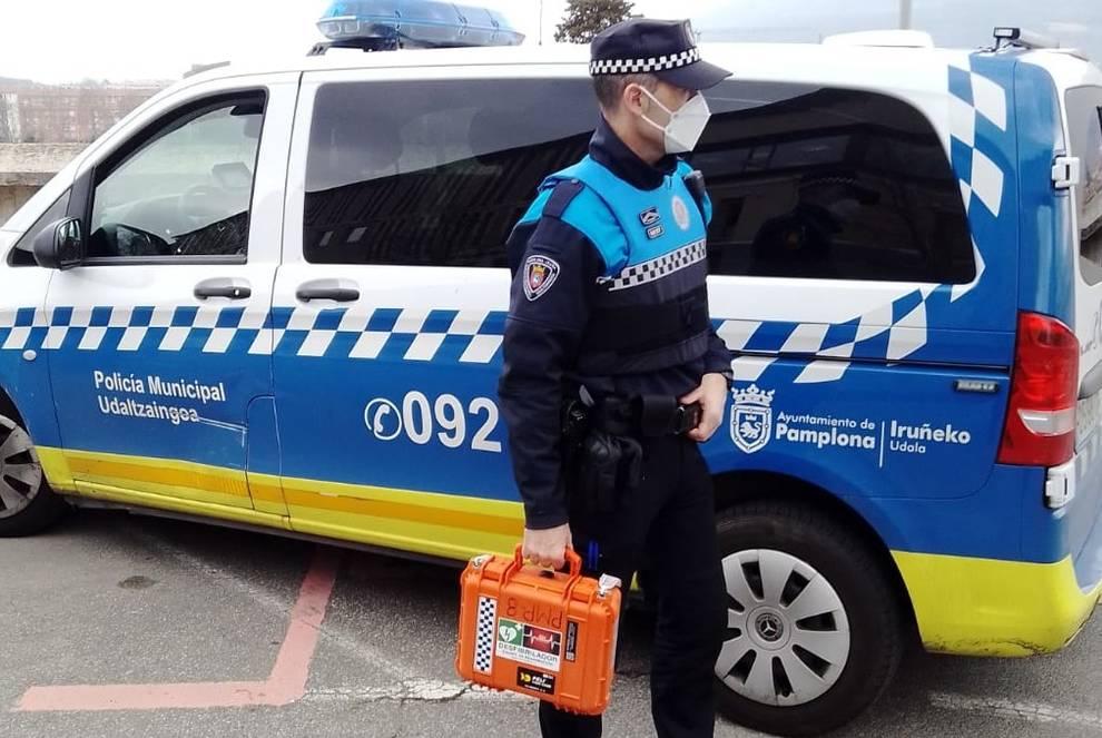 La Policía salva la vida de un hombre en parada cardíaca con un desfibrilador