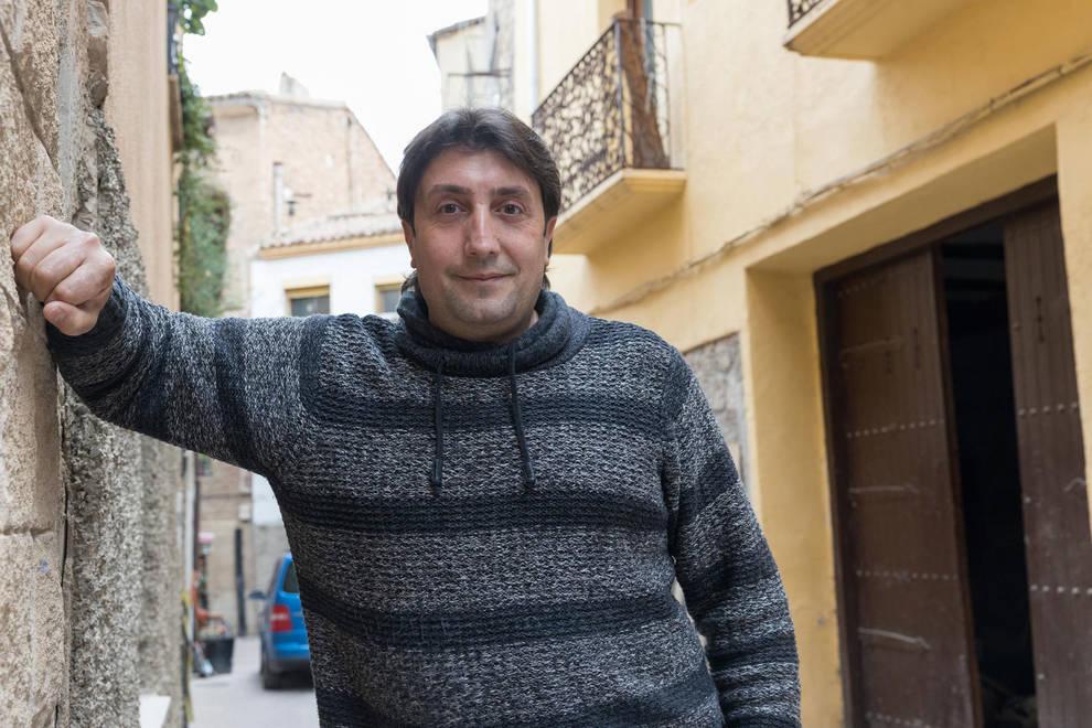 Ricardo Hernández, ante la puerta de su casa en la calle Patio.
