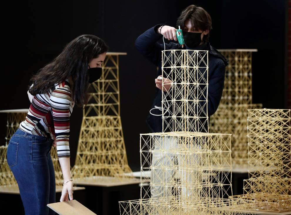 Estudiantes de Arquitectura testan la resistencia sísmica con espaguetis