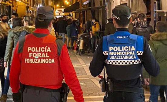 Agentes de Policía Municipal y Policía Foral patrullan por las calles de Pamplona.