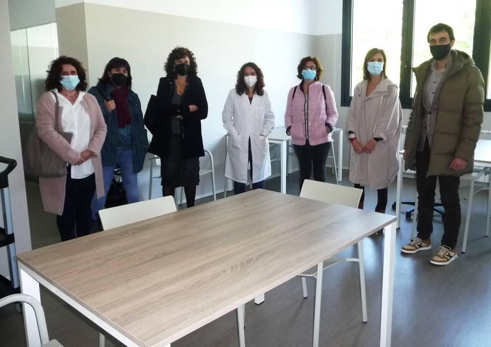 Los parlamentarios visitan las nuevas instalaciones del centro de día Pilar Gogorcena