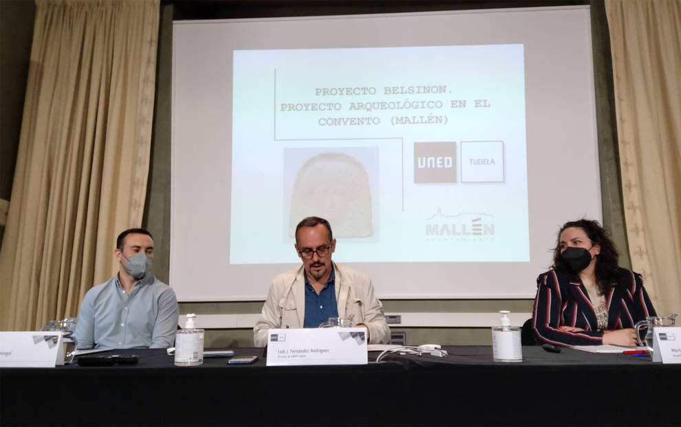 Luis J. Fernández Rodríguez, director de la UNED de Tudela; Rubén Marco Armingol, alcalde de Mallén y Marta Gómara Miramón, Arqueóloga y Directora del Plan de Investigación del Proyecto Belsinon.